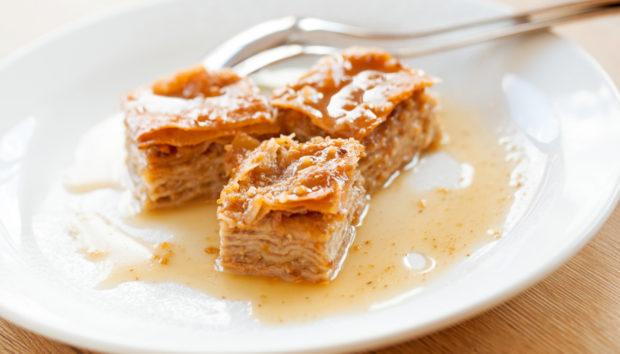 Μυστικά για να Σιροπιάζετε Σωστά τα Γλυκά Ταψιού