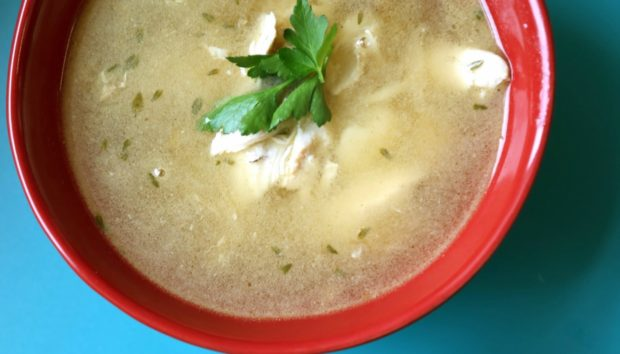 Η Κοτόσουπα με τις 40 Σκελίδες Σκόρδου θα Είναι Έτοιμη σε 20 Λεπτά!