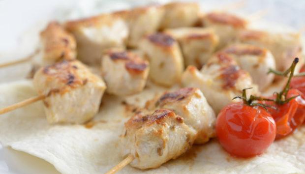 Καλαμάκια Κοτόπουλο με Σάλτσα Φιστικοβούτυρο
