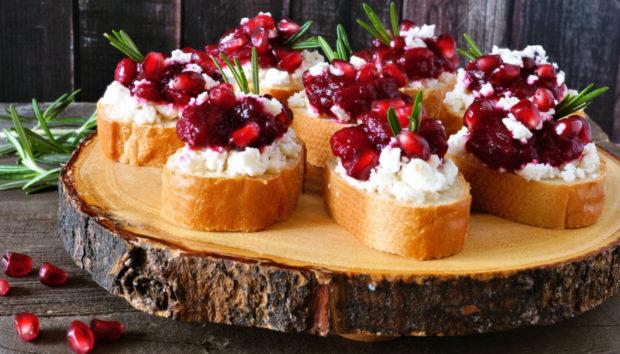 Φρυγανισμένο Ψωμί με Φρέσκο Τυρί και Ρόδι