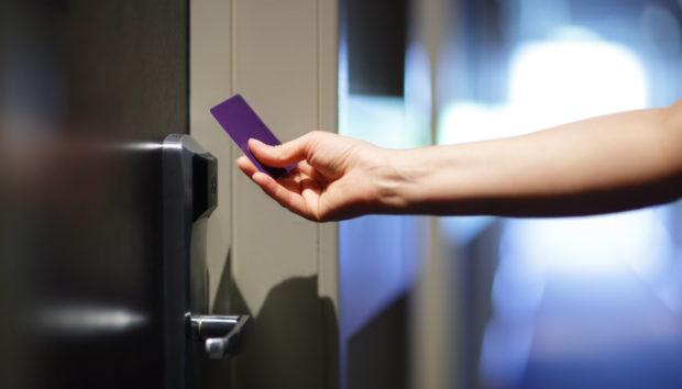 Ένα Κόλπο που Μπορείτε να Κάνετε με τις Κάρτες Δωματίου στα Ξενοδοχεία!