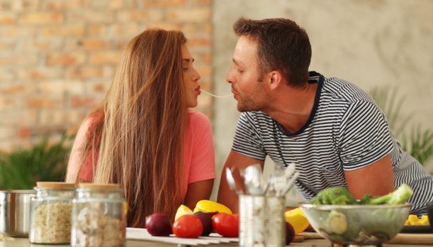 19 Tips για να Περάσετε ένα Ρομαντικό Βράδυ στο Σπίτι