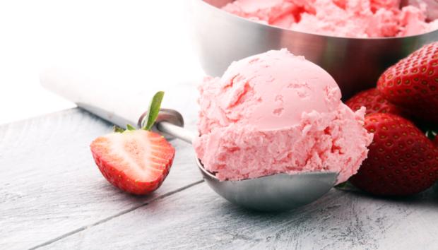 Ελαφρύ Παγωτό Γιαούρτι με Φράουλες
