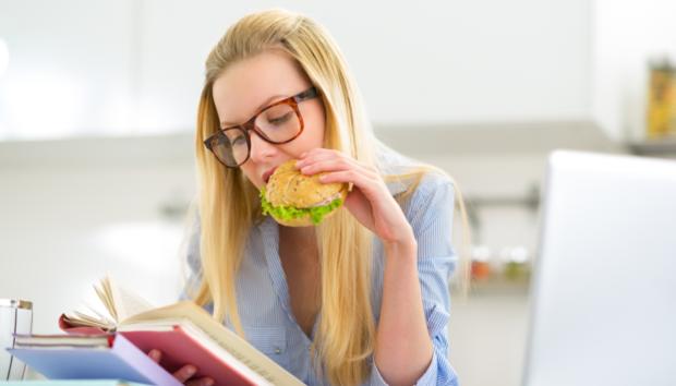 8 Λόγοι για τους Οποίους Πεινάς Συνέχεια (ενώ Μόλις Έφαγες)