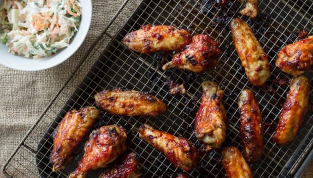 Φτερούγες Κοτόπουλου με Σάλτσα BBQ από τον Άκη Πετρετζίκη