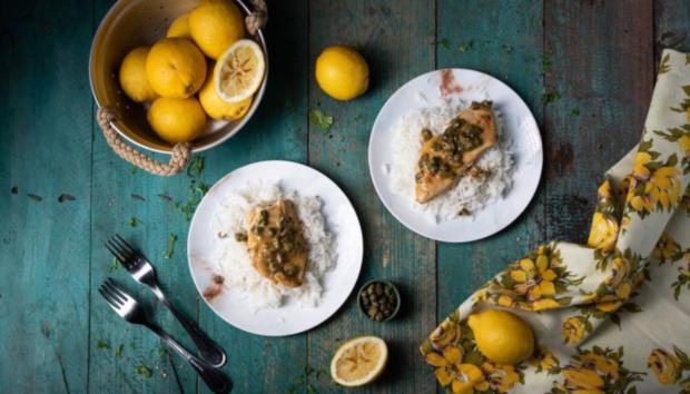 Εύκολο φιλέτο κοτόπουλο με κάπαρη, λεμόνι και κρασί σε 15′