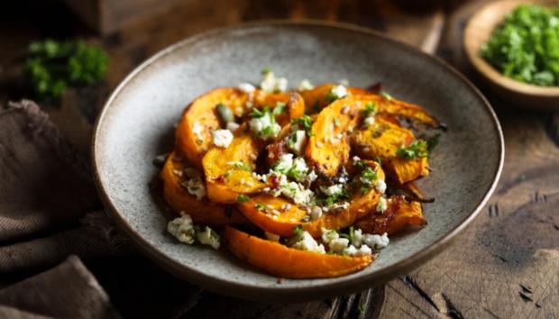 Γιατί Αυτή η Φθινοπωρινή Σαλάτα με Φέτα έχει Ξετρελάνει τα Health Blogs -Η Συνταγή με Κολοκύθα που θα Λατρέψετε