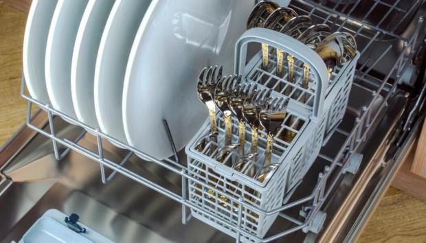 Προς τα Πάνω ή Προς τα Κάτω; Πού Πρέπει να Κοιτάζουν τα Μαχαιροπίρουνα στο Πλυντήριο Πιάτων -Ειδικός Απαντά