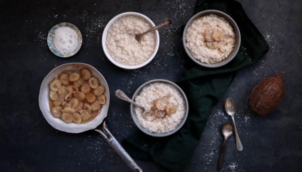 Ρυζόγαλο Καρύδας με Καραμελωμένες Μπανάνες: η Νέα Λιχουδιά
