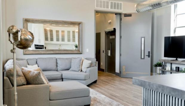 Αυτά είναι τα Καλύτερα Χρώματα για να Βάψετε το Σαλόνι σας, Σύμφωνα με Ειδικούς του Real Estate