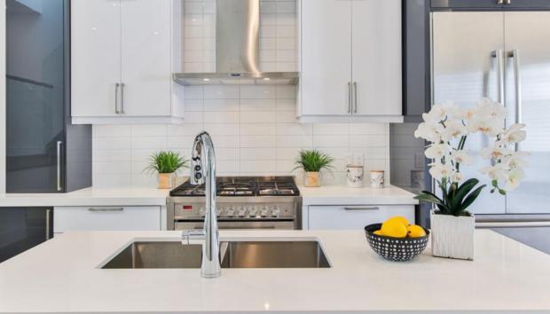 Κάντε τον Νεροχύτη σας να Γυαλίζει με Υλικά που Ήδη Έχετε στην Κουζίνα σας