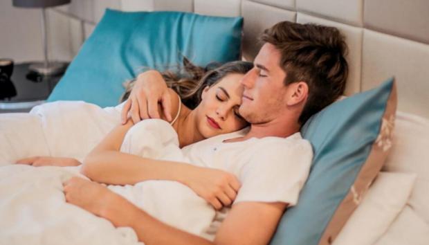 Τα Πιο Έξυπνα Κόλπα για να Κοιμάστε εάν ο Σύντροφός σας Ροχαλίζει