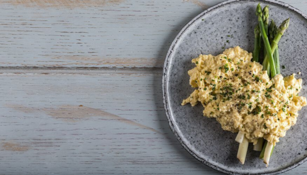 Scrambled Eggs με Σπαράγγια από τον Άκη Πετρετζίκη!