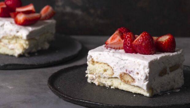 Εύκολο Γλυκό Ψυγείου με Φράουλες από τον Άκη Πετρετζίκη