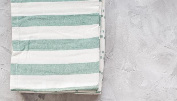 Η Μέθοδος της Marie Kondo για να Διπλώσετε και να Αποθηκεύσετε Τέλεια τις Πετσέτες της Κουζίνας -Εξοικονομεί Πολύ Χώρο