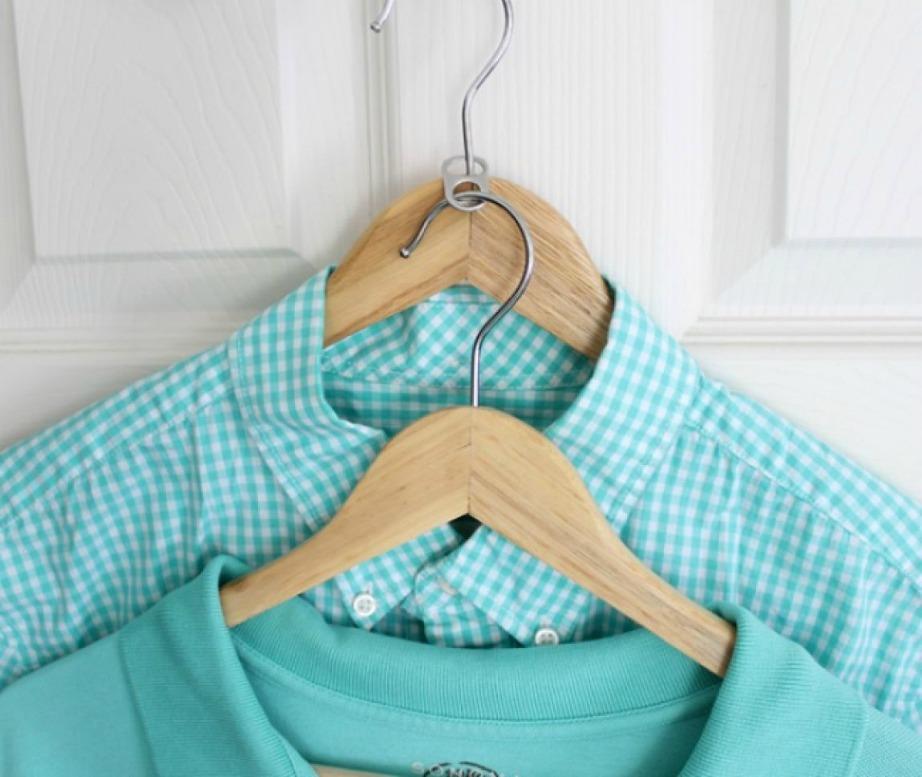 Οργανώστε την ντουλάπα σας με διπλές κρεμάστρες.