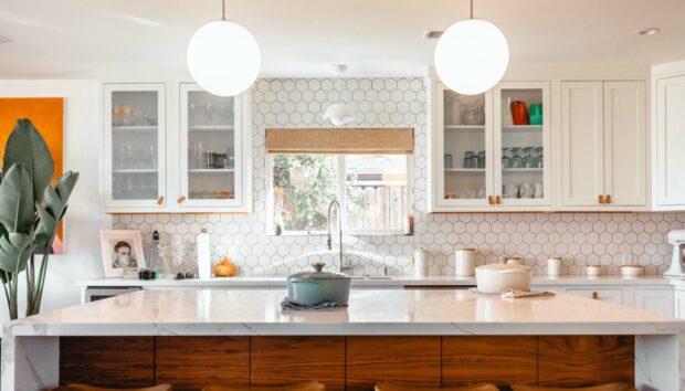 Πώς να Βάλετε Καινούργιο Φωτισμό στην Κουζίνα σας Χωρίς να Καλέσετε τον Ηλεκτρολόγο