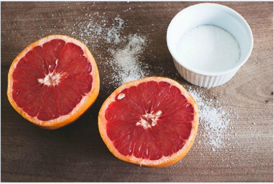 Το γκρέιπφρουτ με το αλάτι θα κάνουν την καλύτερη απολέπιση στην μπανιέρα σας.