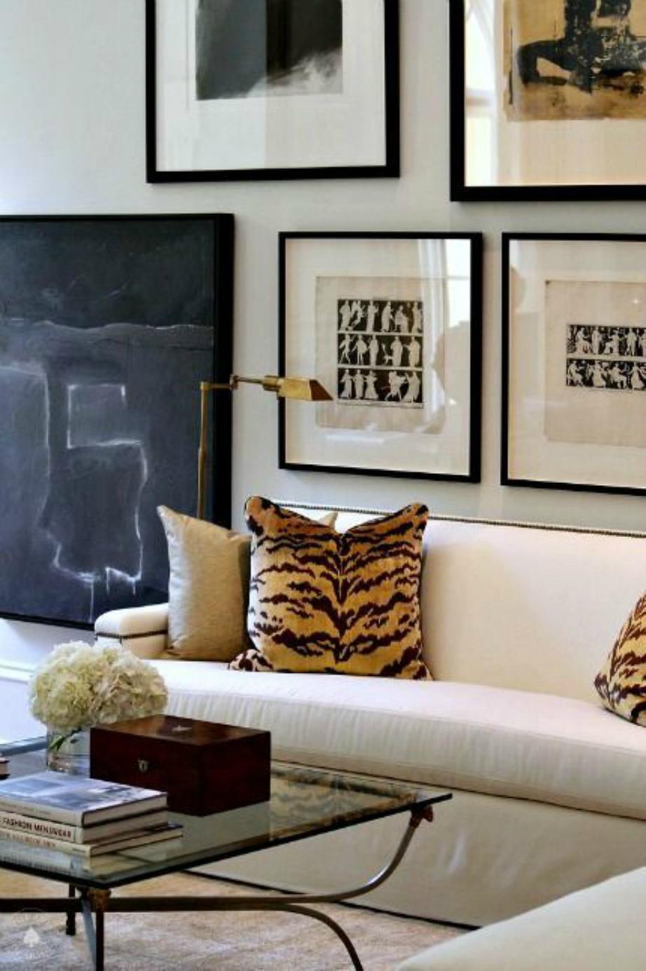 Αν θέλετε να δώσετε μια μικρή βελούδινη πινελιά στο σαλόνι σας δεν έχετε παρά να «παίξετε» με τα μαξιλάρια.