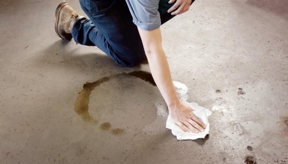 Αφαιρέστε λεκέδες από λάδι ή βενζίνη με μαγειρική σόδα.
