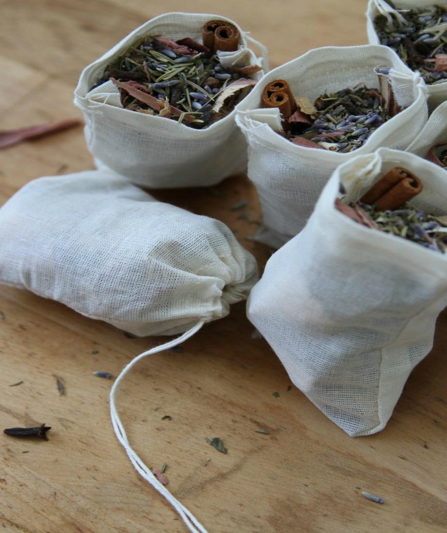 Φτιάξτε πουγκιά με κανέλα και λεβάντα για να προφυλαχτείτε από τους σκόρους.