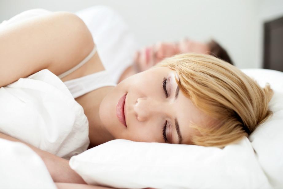 Αλλάξτε τη στάση ύπνου σας για να μην ροχαλίζετε.