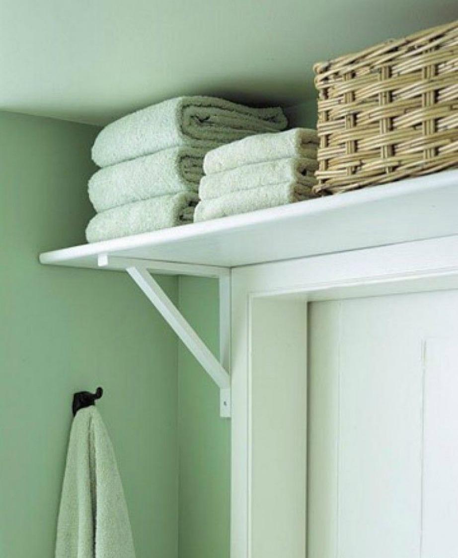 Αποθηκεύστε τις καθαρές πετσέτες σε ένα ράφι πάνω από την πόρτα του μπάνιου.