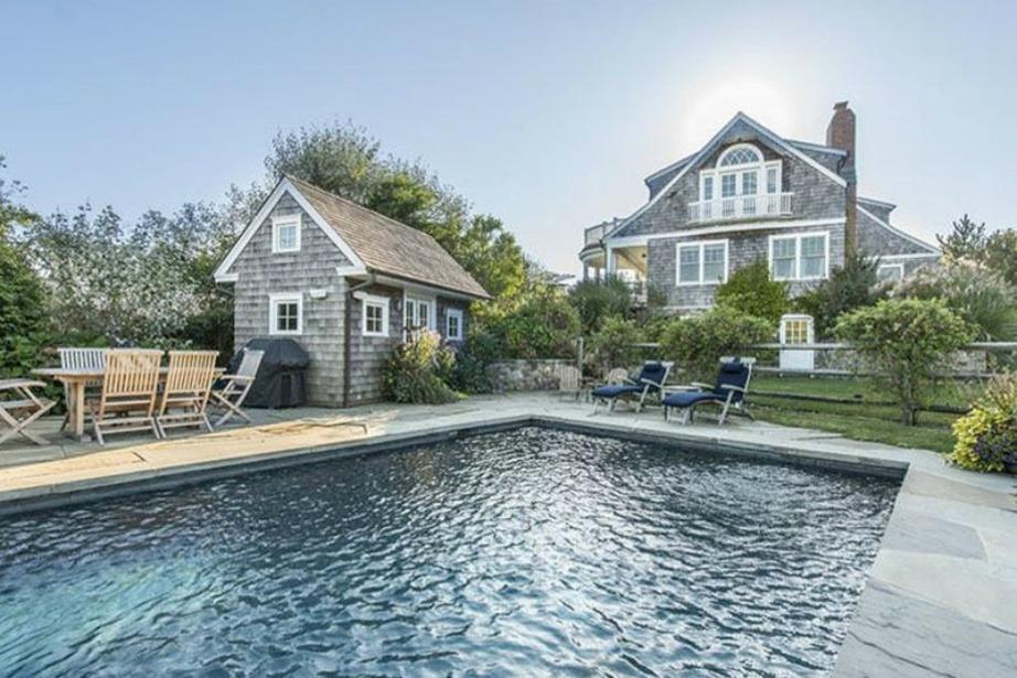 Η μεγάλη θερμαινόμενη πισίνα αλλά και τα σπιτάκια των καλεσμένων κυριαρχούν στο εξωτερικό χώρο της εξοχικής κατοικίας.