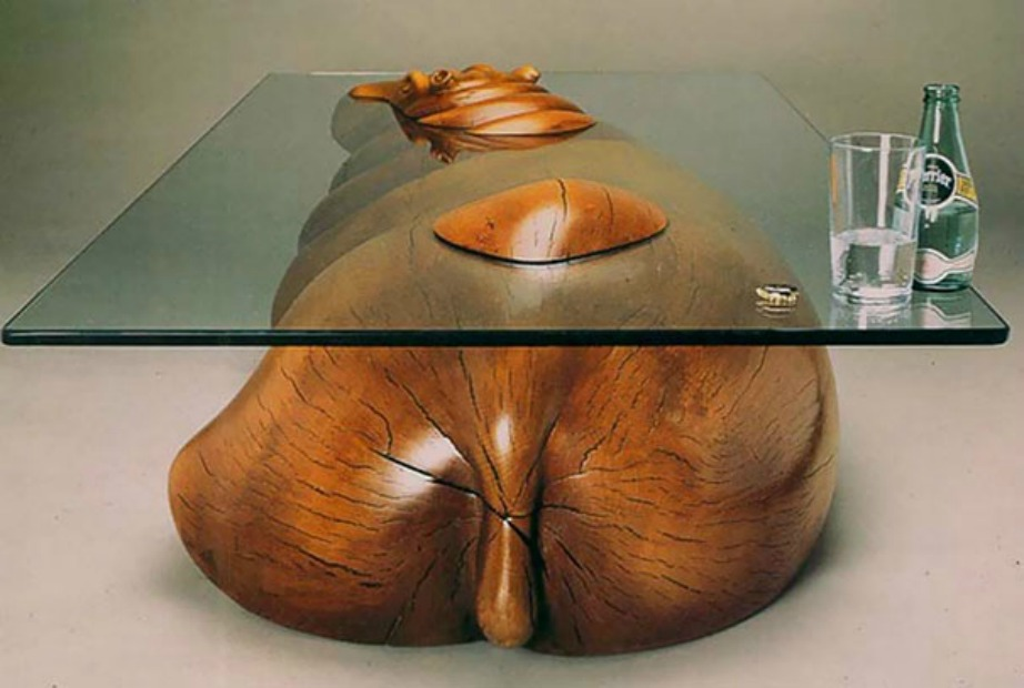 Ο σχεδιαστής έχει δώσει τη μορφή ιπποπόταμου στο ξύλο ενώ το γυαλί παρομοιάζεται με το νερό που τον καλύπτει.