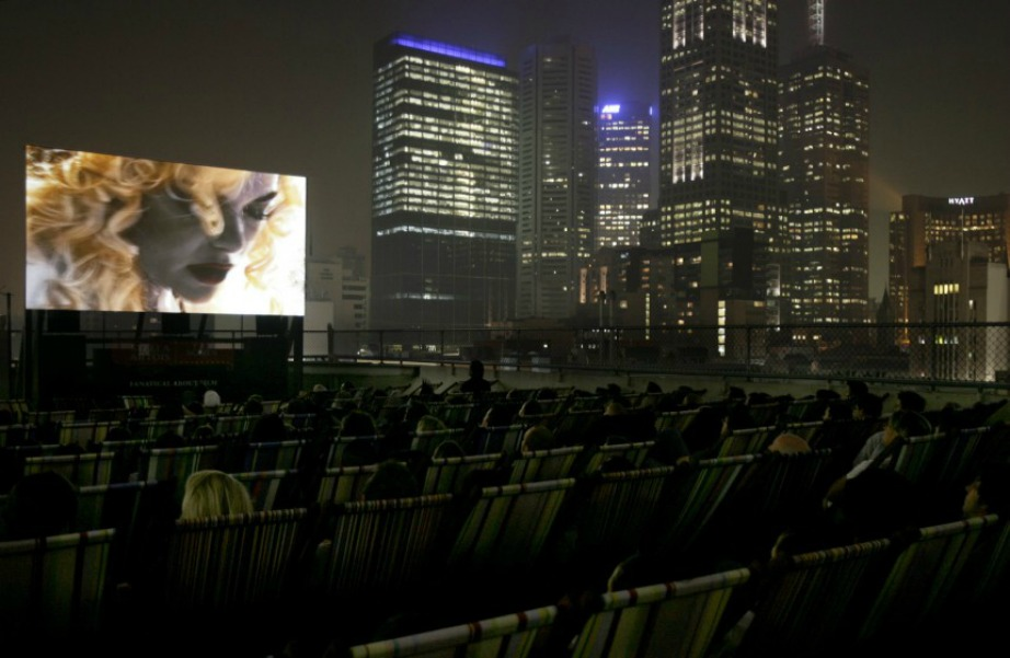 Η θέα των γειτονικών ουρανοξυστών θα σας αποσπάσει σίγουρα την προσοχή από την ταινία.