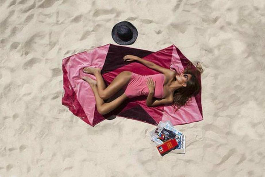 Μια πετσέτα με τριγωνικό σχέδιο θα κλέψει τις εντυπώσεις στην παραλία.