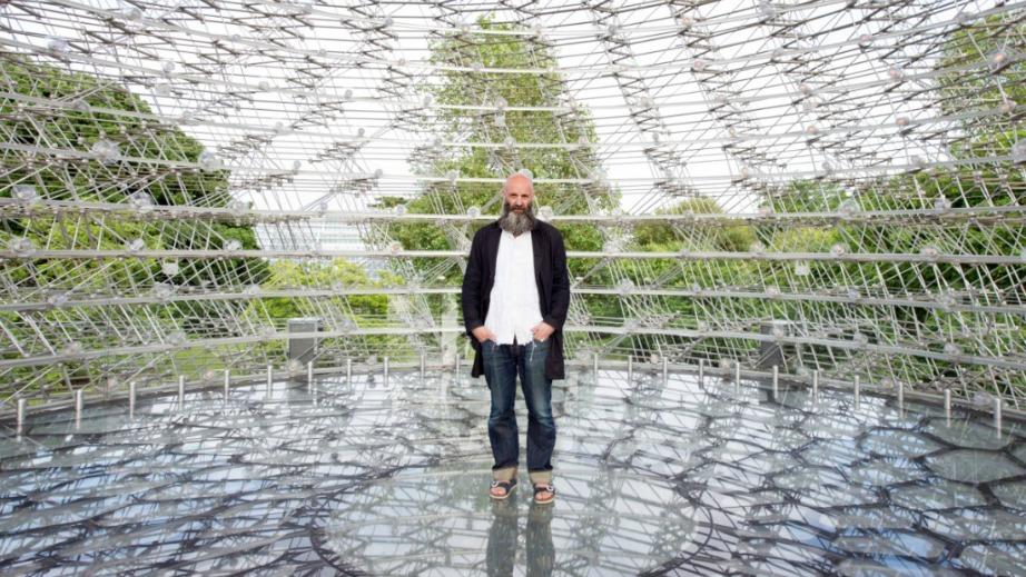 Ο καλλιτέχνης Wolfgang Buttress δημιούργησε αρχικά την εγκατάσταση για έκθεση στο Μιλάνο το 2015.