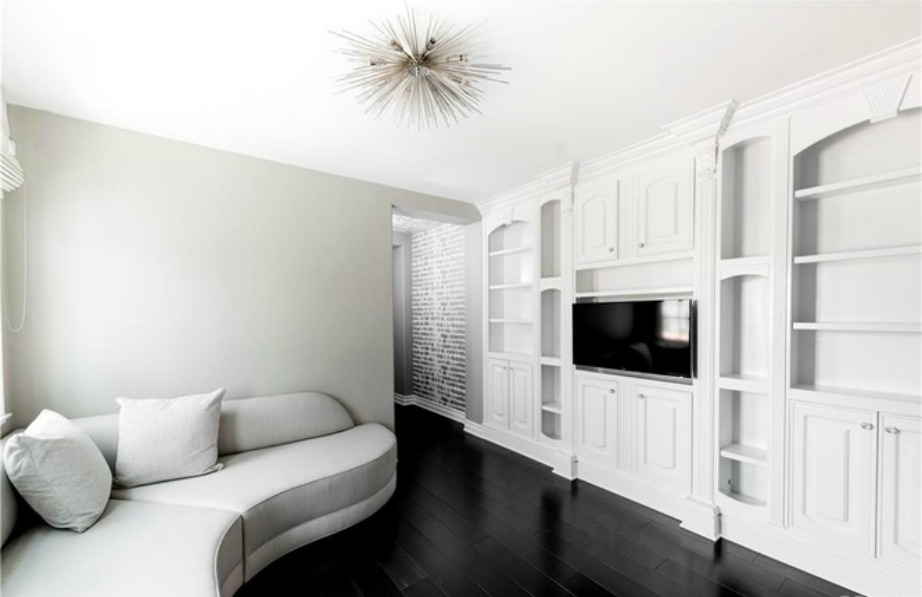 Τα χρώματα που κυριαρχούν στην 400 τ.μ. κατοικία είναι το λευκό και το μαύρο.