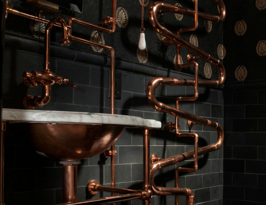 Φέρτε το βιομηχανικόσ τιλ στην διακόσμηση του μπάνιου σας βάφοντας τις σωληνώσεις σε μεταλλικές αποχρώσεις.