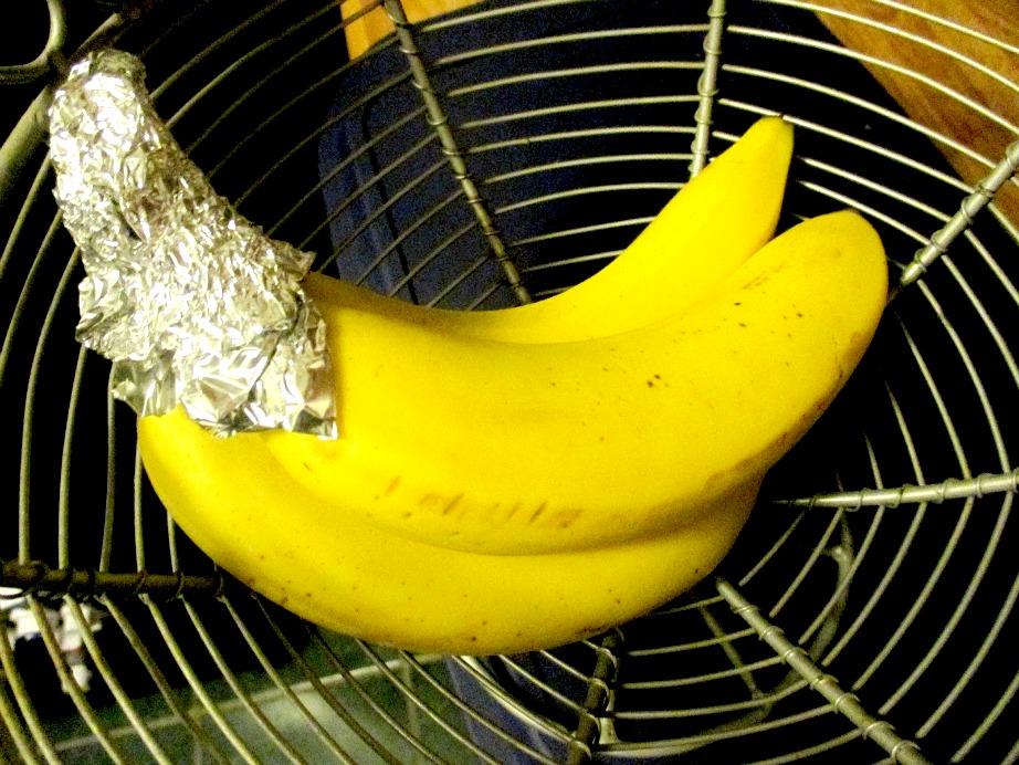 Κρατήστε φρέσκες τις μπανάνες σας τυλίγοντας τα κοτσάνια σας με αλουμινόχαρτο.