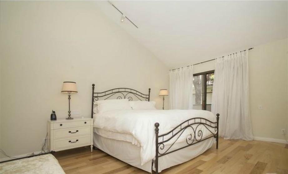 Εξίσου λιτό και το υπνοδωμάτιο που μοιάζει να μην έχει προσωπικές πινελιές της ταλαντούχας Jennifer Lawrence.