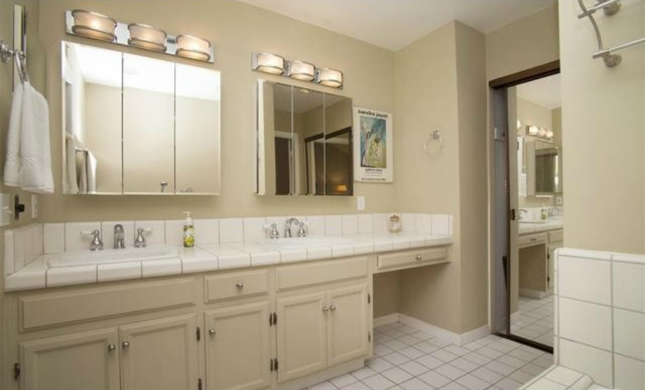 Σε παρόμοιο ύφος με όλα τα υπόλοιπα δωμάτια και το κεντρικό μπάνιο της κατοικίας.