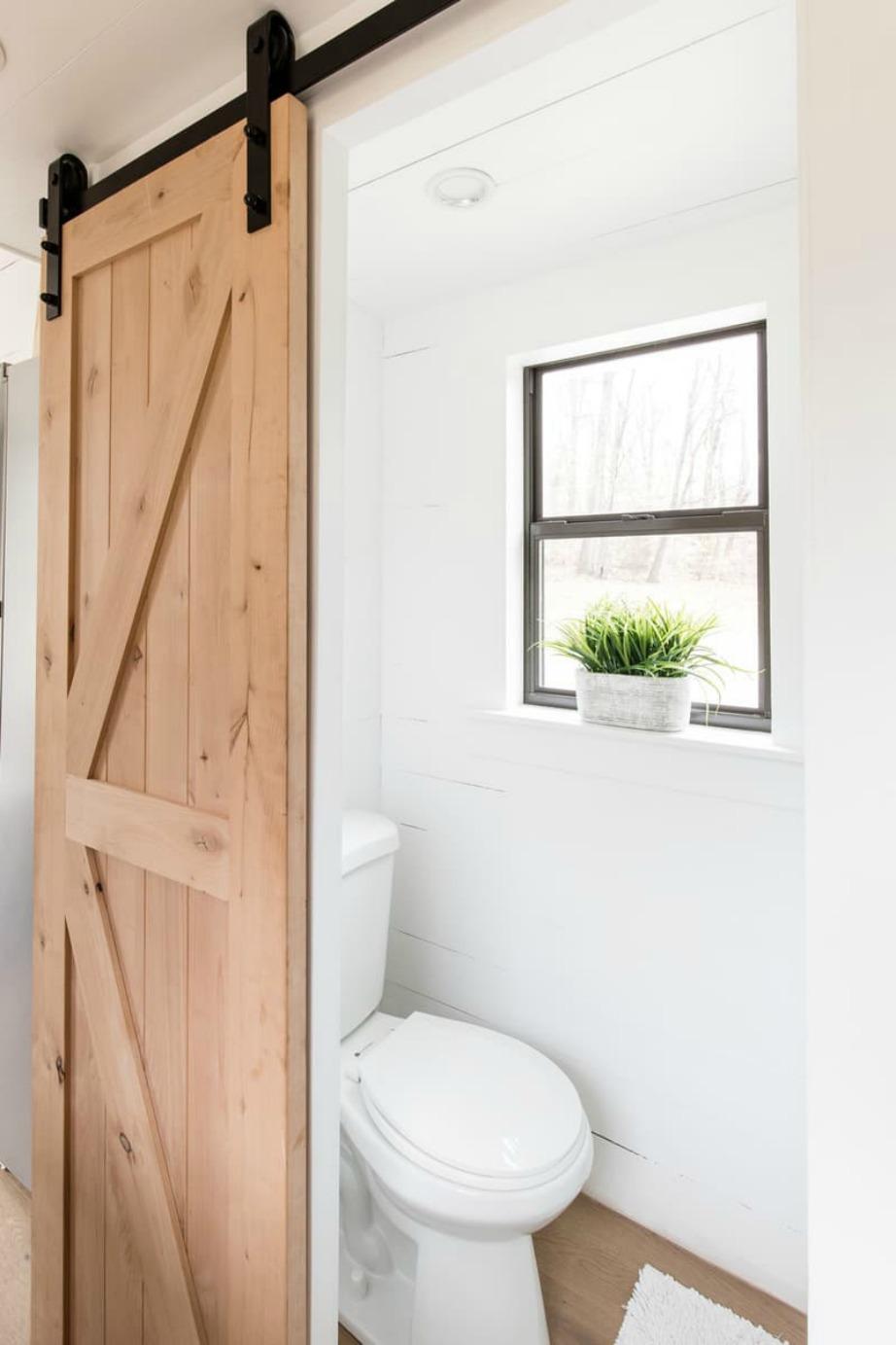 Οι συρόμενες πόρτες βοηθούν σημαντικά στο να εξοικονομήσουμε χώρο στο διαμέρισμά.