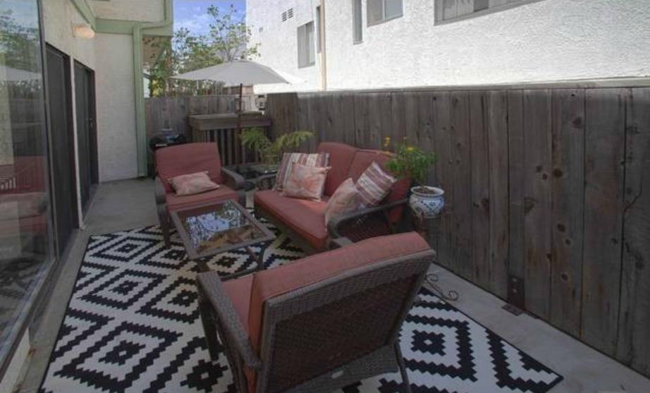 Οι ηλιόλουστες μέρες της Καλιφόρνια προσφέρονται για χαλάρωση στον εξωτερικό χώρο της οικίας.