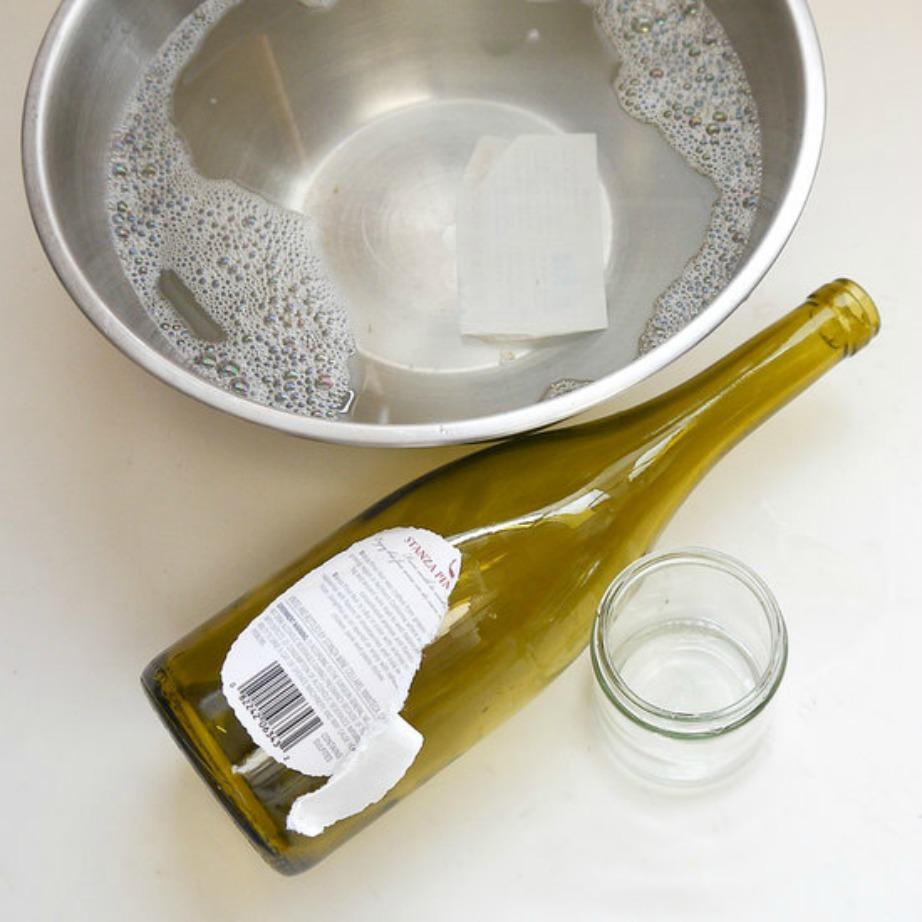 Τοποθετήστε το γυάλινο μπουκάλι μέσα στο δοχείο με το βραστό νερό.