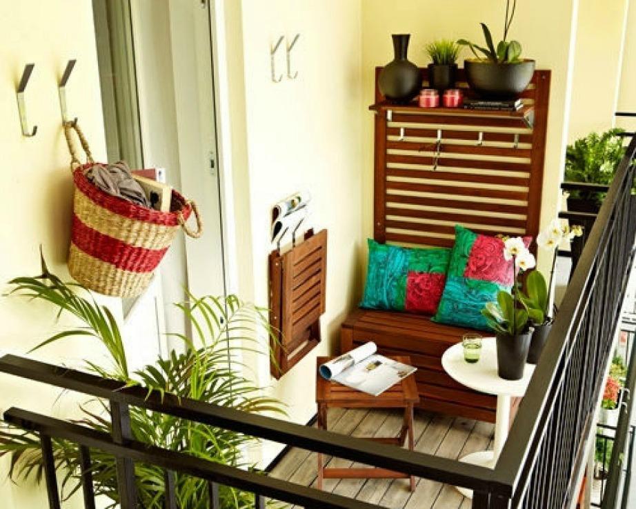 Δημιουργείστε διακοσμητικές ζώνες για να κάνετε τη βεράντα σας μεγαλύτερη.