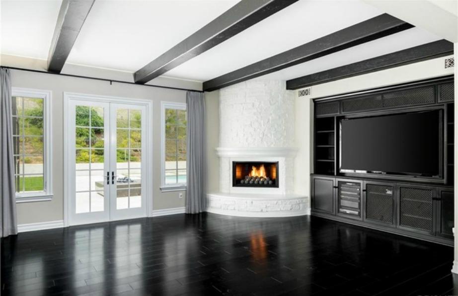 Το εξαιρετικά φωτεινό σαλόνι οφείλεται στα μεγάλα ξύλινα παράθυρα με θέα την αυλή.