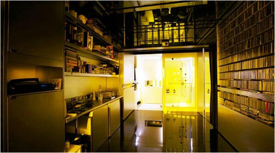 Η κουζίνα και το μπάνιο βρίσκονται στον ίδιο τοίχο αλλά από διαφορετικές κατευθύνσεις.