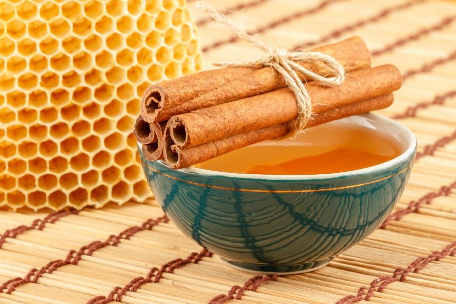 Αντιμετωπίστε τα τσιμπήματα με κανέλα και μέλι.