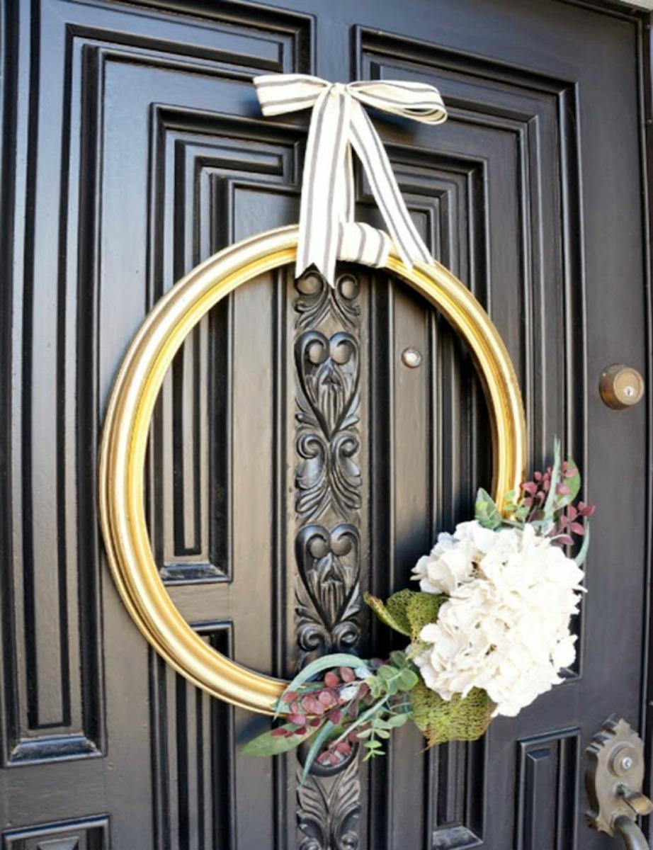Κρεμάστε στην πόρτα σας ένα κάδρο και λουλούδια.