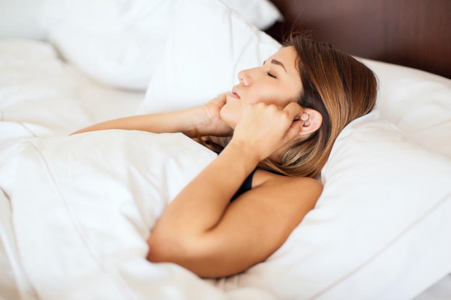 Χρησιμοποιήστε ωτοασπίδες για να αποκοιμηθείτε πιο εύκολα.