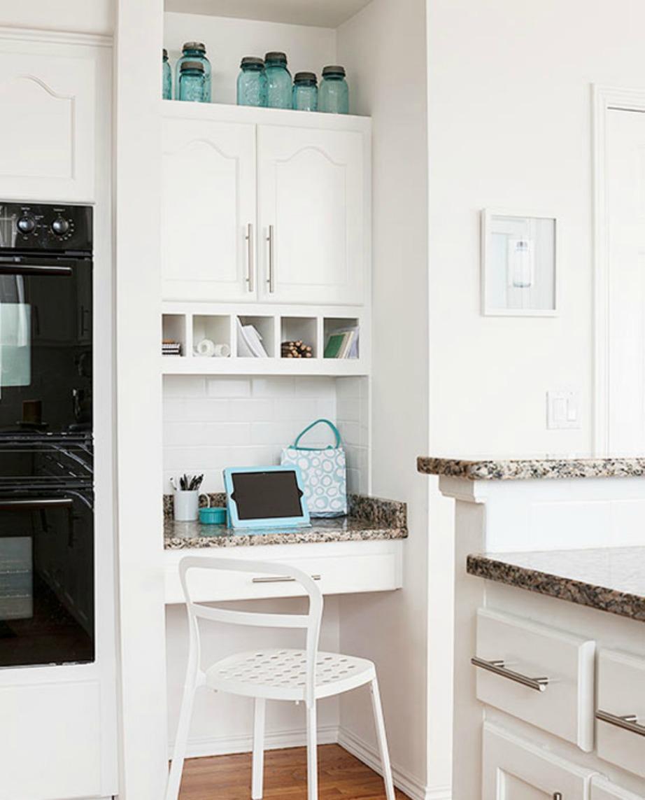 Αξιοποιήστε τον χώρο πάνω από τα ντουλάπια της κουζίνας.