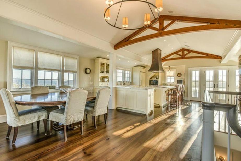 Ξύλινα πατώματα και κλασικά έπιπλα κοσμούν τον ενιαίο χώρο κουζίνας-τραπεζαρίας.