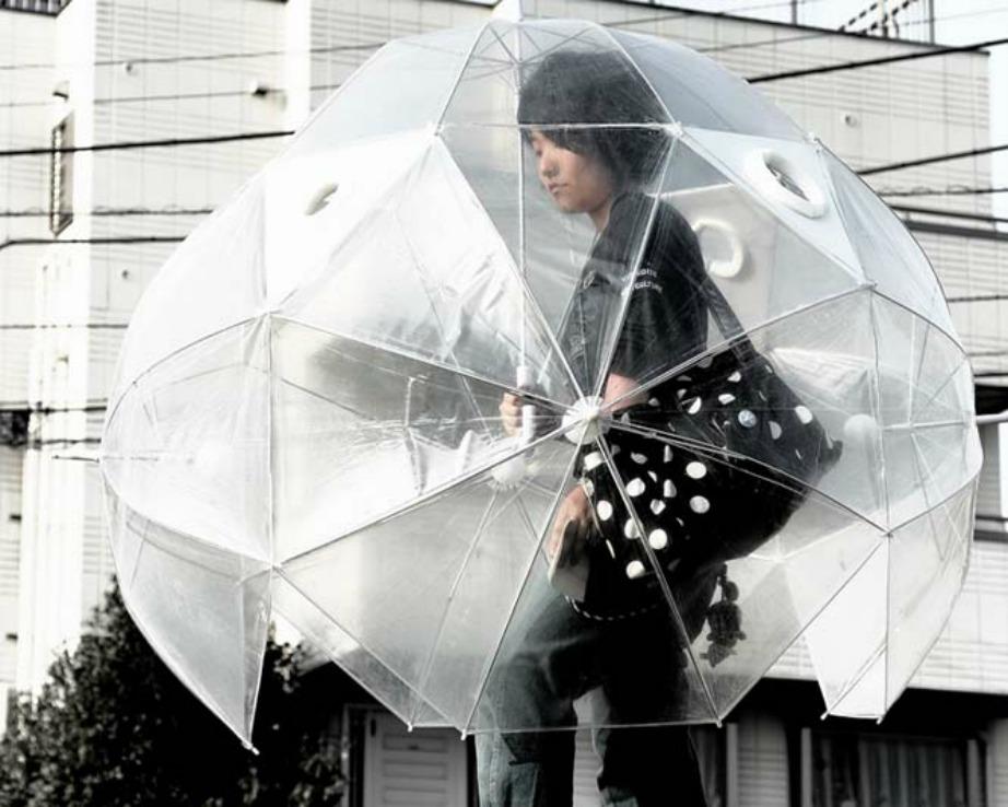 Η ατομική ολόσωμη ομπρέλα που σας προστατεύει από τη δυνατή βροχή.
