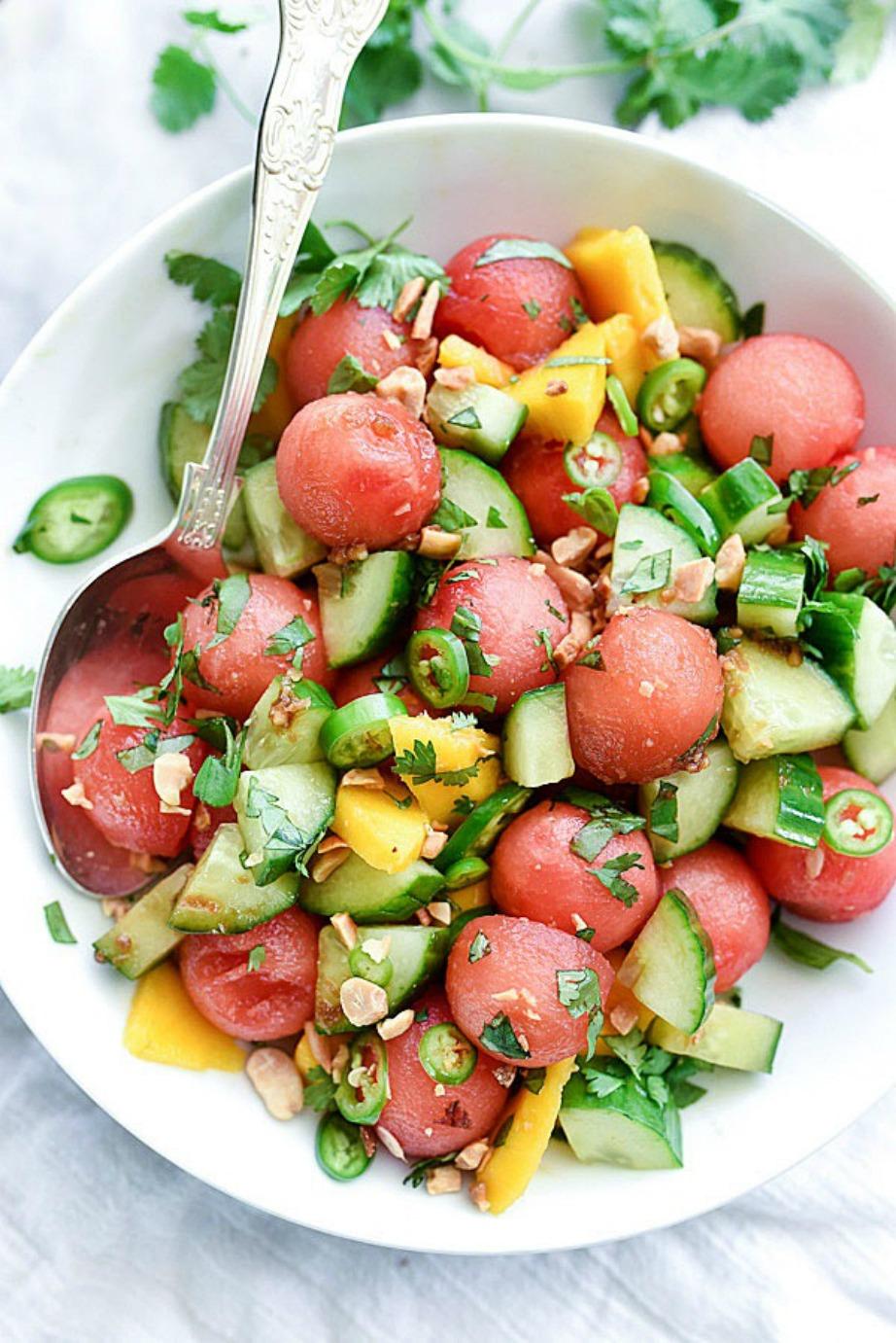 Αν δε θέλετε να κάνετε σαλάτα εξ' ολοκλήρου από καρπούζι μπορείτε να προσθέσετε κυβάκια καρπουζιού στην αγαπημένη σας.